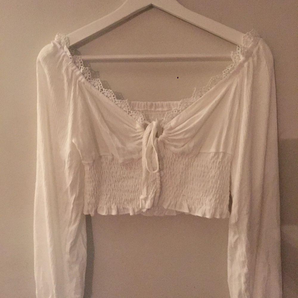 super fin vit off shoulder tröja som man själv kan knyta💓 aldrig använd! armarna är luftiga och toppen är i bra kvalitet. Toppar.