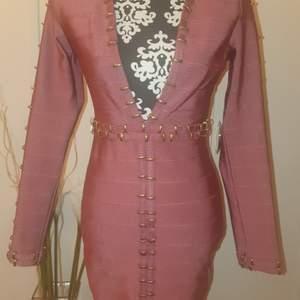 Bandage klänning storlek M från fashionnova 💕 den är verkligen så fin men använder inte den 😔 den är I färgen Mauve och är helt ny endast testad