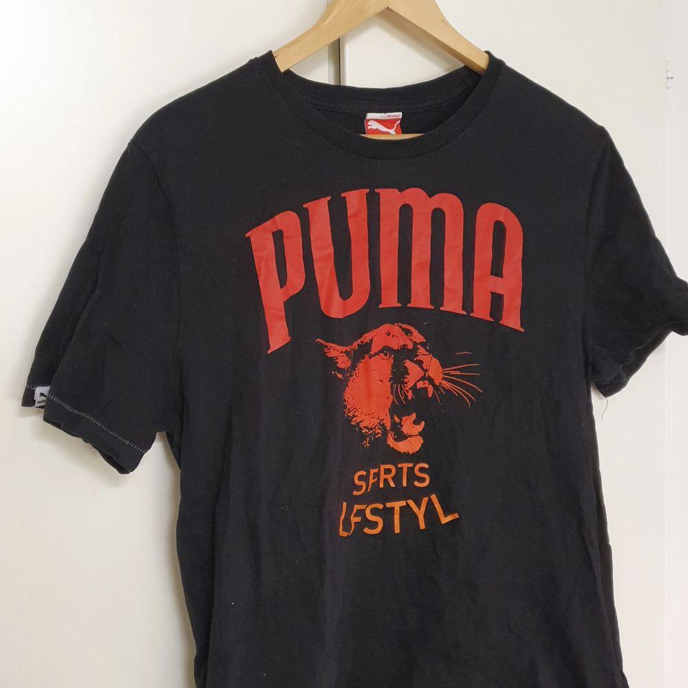 Tshirt, lite sliten, från Puma i strl L.. T-shirts.