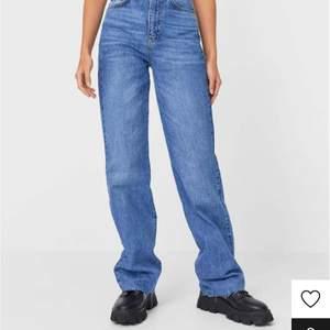 Säljer dessa snygga jeans från stradivarius! Säljer outgrundlig av att dem var förstora.Endast använda 1 gång av en kompis!💓 Köparen står för frakten! Buda!