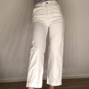 Fina jeans från Gina Tricot! Har lite slitningar, därav priset. Mer bilder finns vid intresse🥰