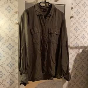 """Oversized skjorta strl 44. Mörkgrön. Superskönt och tunt material, supersnygg att använda som jacka eller """"kofta"""""""