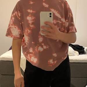 rosa oversized t-shirt som jag själva har tie dye*at. skit najs passform:)