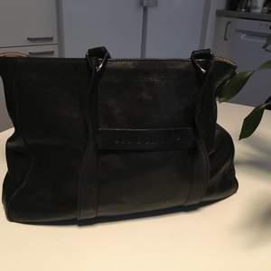 Longchamp läder handväska made in France i toppskick .mått: 36CMX 26cmx 10cm