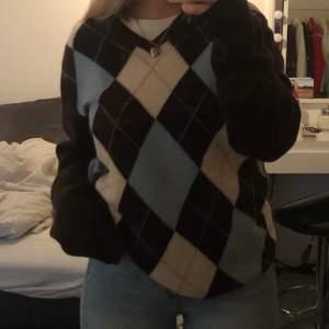Mysig stickad tröja från secondhand💙 storlek L men oversized på mig som brukar ha s/m.Mycket mysigt tröja och ha på vintern 🌨 Högsta bud 250kr+frakt , avslutas 14/12