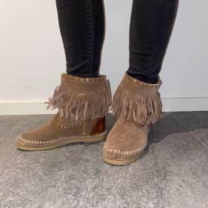 Fina bruna skor med kilklack och guldiga detaljer. Äkta mocka. Sparsamt använda. Köparen står för frakt!