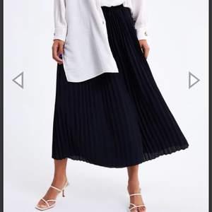 Säljer ett Pas as coola o snygga plisserade byxor från Zara! Ser ut som en kjol men det är byxor;) Byxorna har ett skönt resår i midjan så de passar de flesta storlekar;) Byxorna är även i nyskick ❤️