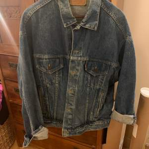 Jätte snygg retro Levis Jeansjacka strl XL. Har använt som en oversize jacka.
