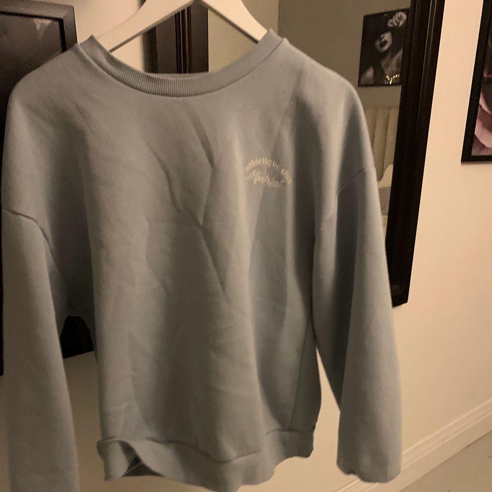 Säljer den här eftertraktade sweatshirten från gina tricot. Den är helt slutsåld💕💕. Tröjor & Koftor.