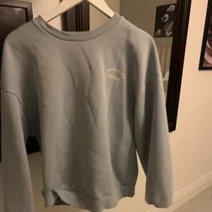 Säljer den här eftertraktade sweatshirten från gina tricot. Den är helt slutsåld💕💕