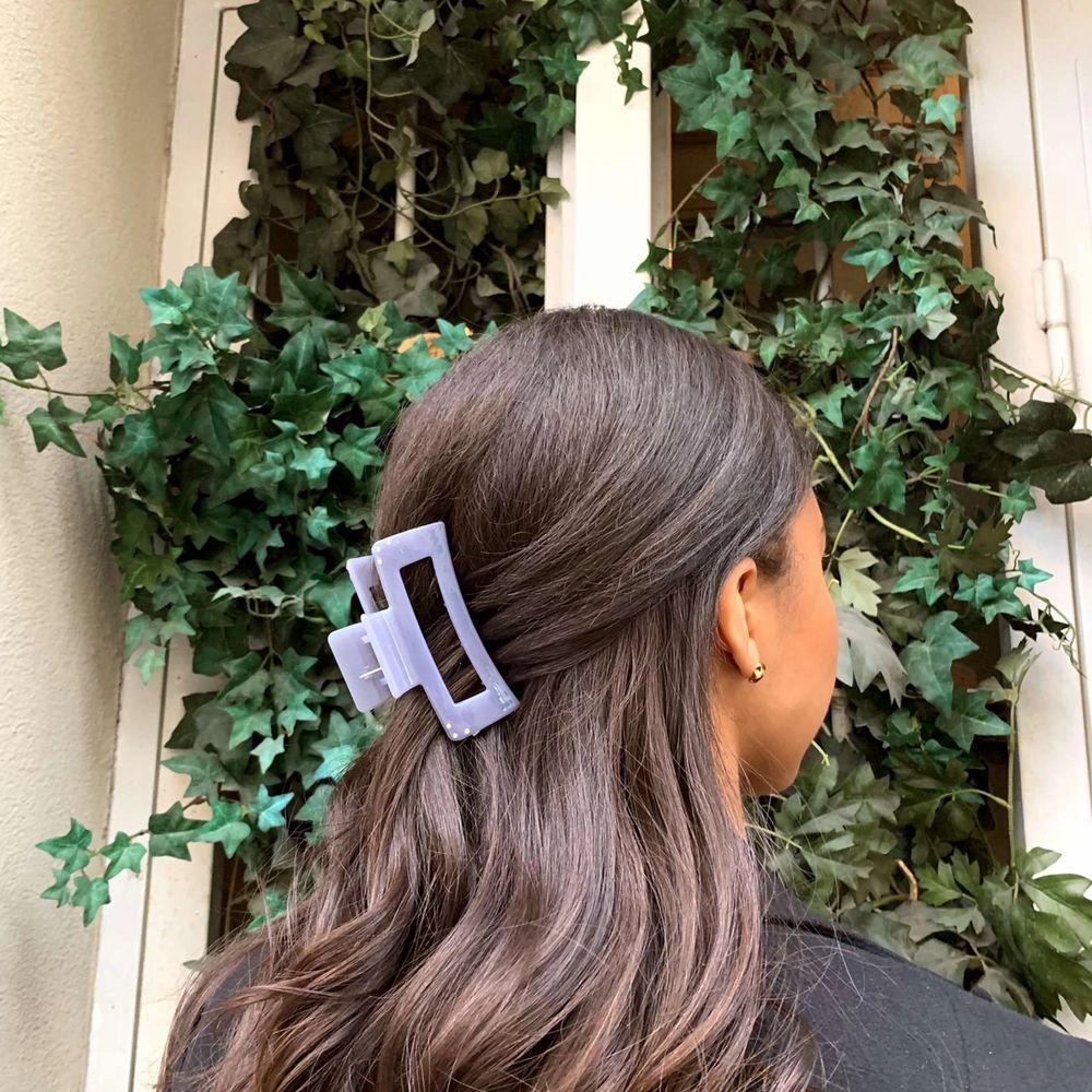 Säljer superfina och trendiga hårklämmor, olika storlekar och pris. För fler bilder kolla @bylejr Instagram💓⚡️. Accessoarer.