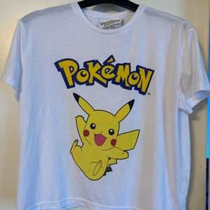 En vit tröja med ett pikachu tryck på, samt en gul kofta med en luva som föreställer pikachus ansikte! Säljer båda för 170 kr. Pris kan diskuteras vid intresse att endast köpa en av dem. (KÖPAREN STÅR FÖR FRAKTEN), möts även upp i Malmö!