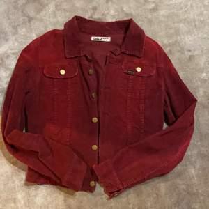 En vintage Lois corduroy jacka i mörkröd färg! Pris + frakt ❤️ Buda i kommentarerna!