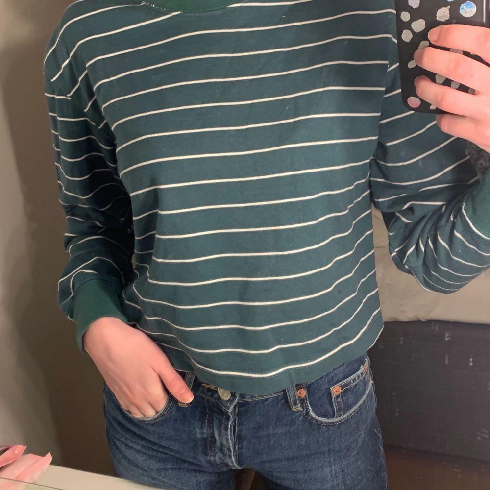 Mörkgrön randig cropped sweatshirt från pull&bear. Aldrig använd. . Tröjor & Koftor.