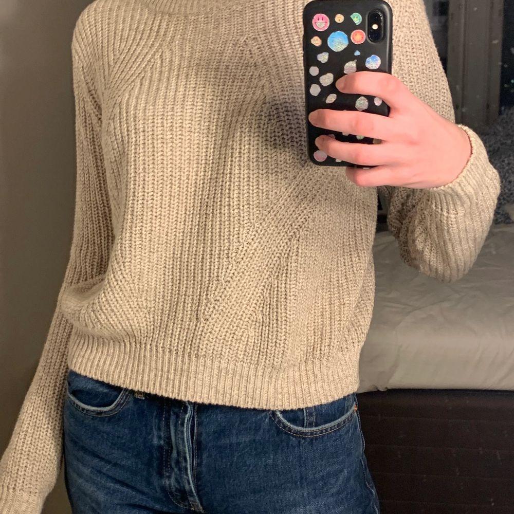 Stickad tröja från H&M. I princip aldrig använd. Perfekt beige färg. . Stickat.