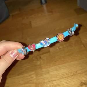 Hej!💖 Jag har rensat ut min smyckes låda och hittade detta! Det är ett knäppbart armband med olika former av frozen figurer. Man kan ta av och välja vilken man av figurerna man vill ha! Figurerna ingår i priset!💖❄️