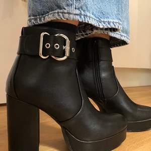JÄTTE BEKVÄMA Onlbrin Buckle-Only Shoes stövletter som är oanvända. Säljer dem eftersom jag råkade köpa 2 st. Köpta för 530kr. Skafthöjd: 11 cm  Skaftvidd: 22 cm  Klackhöjd: 10 cm  Platåhöjd: 3 cm.