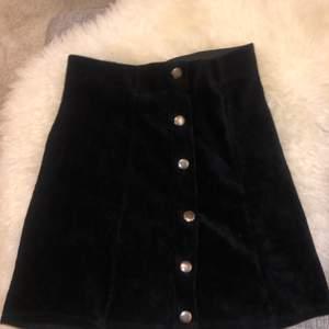 Hej! En jättefin och höstig kjol från ginatricot. Kjolen är högmidjad och sitter fint på kroppen, endast använd ett fåtal gånger