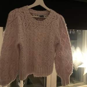 Jättesöt lila stickad tröja, nyligen köpt från asos av märket Reclaimed vintage💜💜 som helt nytt skick använd endast en gång, säljer pga att den va inte riktigt min stil. köpt för 439 säljer nu 150 + frakt🥰🥰