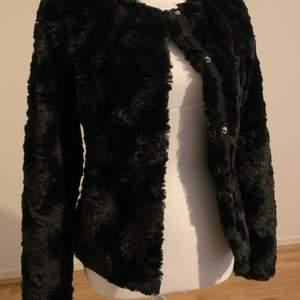 Pälsjacka från vero moda i storlek: XS