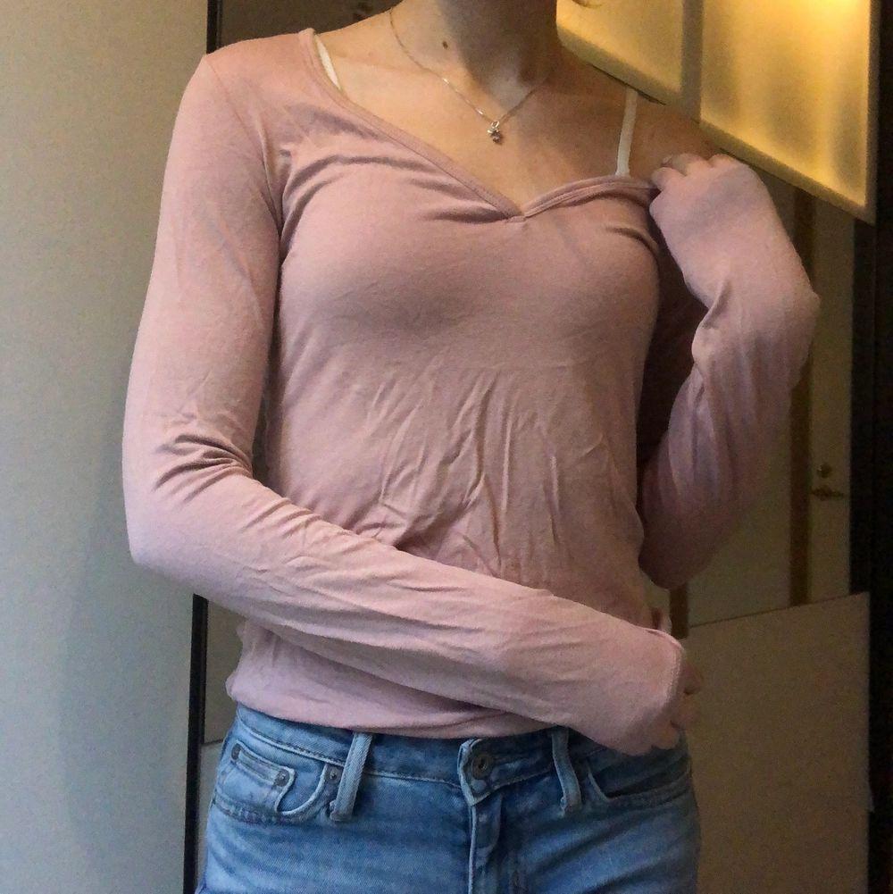 Söt ljusrosa tröja från Guess 💕   använd Max 3 ggr   har see through spets på hela ryggen🤩   Eventuell frakt på 44kr tillkommer. Blusar.