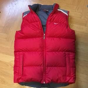 Säljer min röda Nike dunväst, storlek är 164/176 men skulle säga att den sitter som en XS/S. Högsta bud just nu : 400 men buda på! Budgivningen avslutas 12/1. Eller Köp nu för 600 frakt inräknad. Obs frakt ej inräknad i buden!
