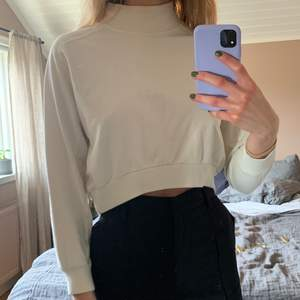 Vit kort tröja från Zara i storlek S, men passar mer XS. Fint skick ☺️