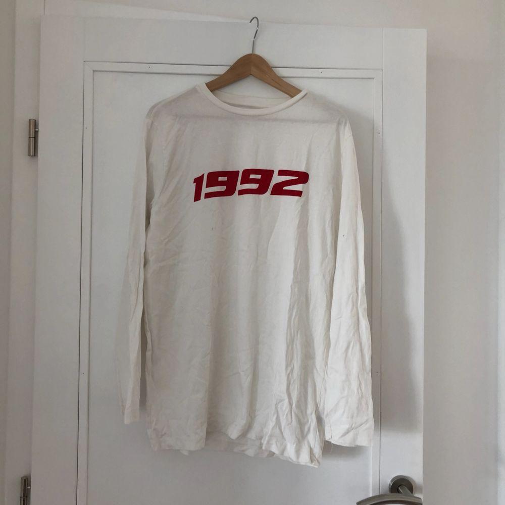 Snygg longsleeve med tryck. Eventuell frakt står köparen för 🌼 hör av er om du vill ha fler bilder. Skjortor.