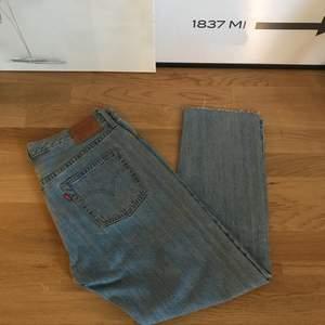 Levis 501CT  Stl. 28/30 (avklippta till 30-längd) Ljus denim-tvätt. Aldrig använda så de är i mkt bra skick, säljes pga fel stl...