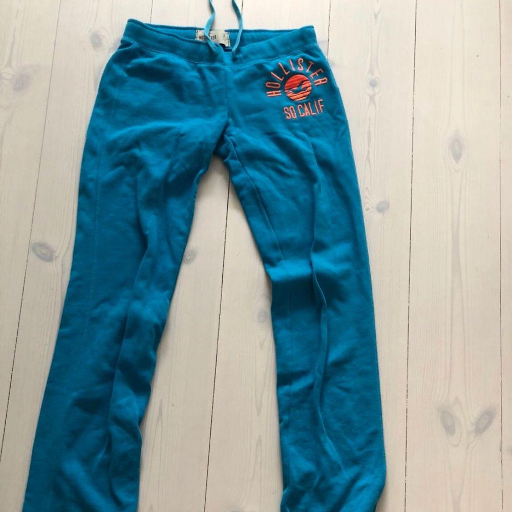 Blåa Hollister mjukisbyxor med orange logga.  Storlek xs  Tajt modell  Nypris 500kr Pris kan diskuteras  Kan möta upp och frakta (frakt står köparen för). Övrigt.