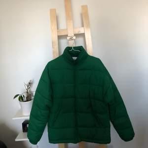 Grön pufferjacket från Vailent pure. Köpt på Carlings December-17. 100% polyester. Väl men varsamt använd jacka, ett skrapmärke på vänster arm, visas på sista bilden. Fraktkostnad tillkommer. Säljs pga: Används inte längre.