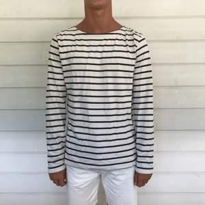 Snygg unisex-tröja i storlek M, dock ganska små i storlekarna.