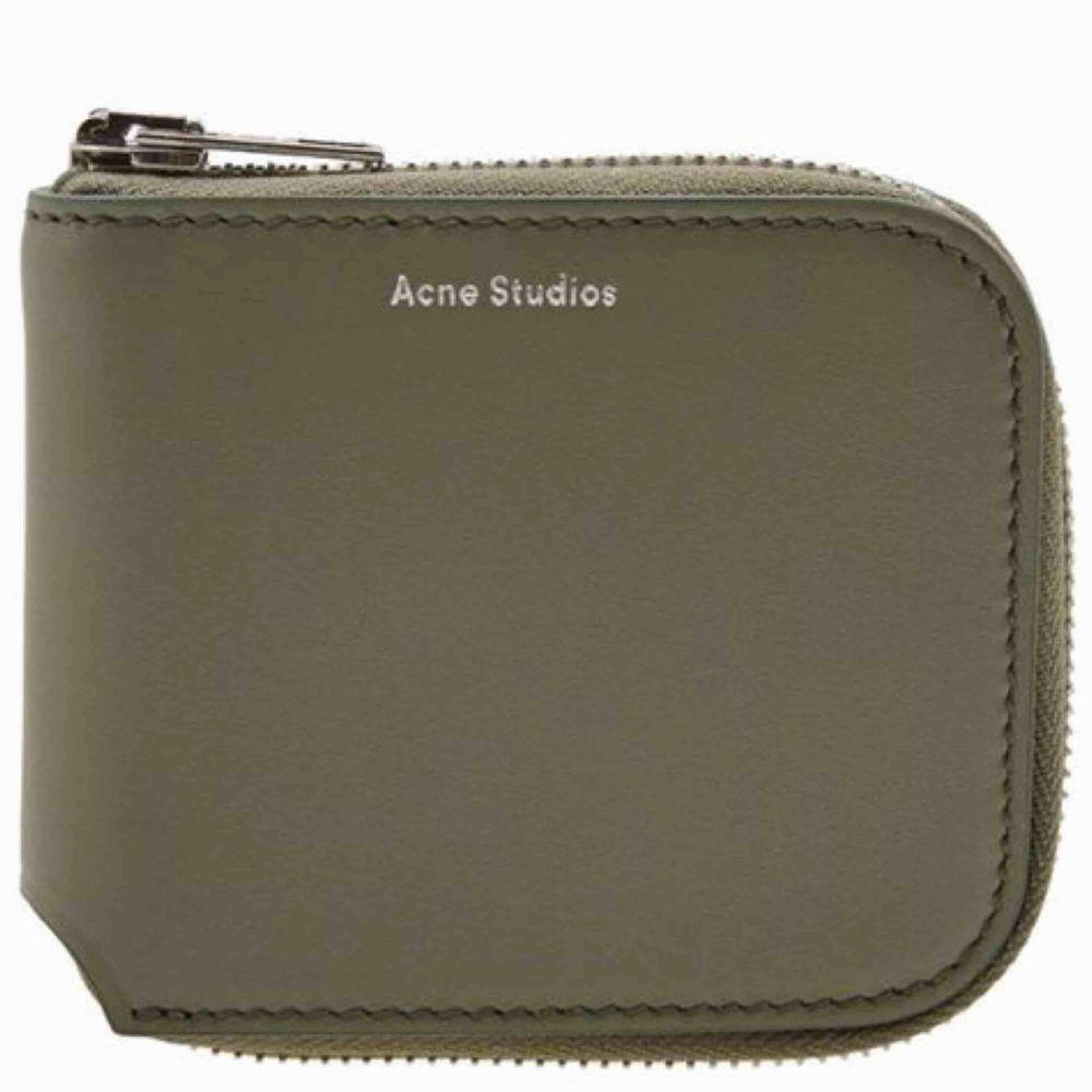 """Nästan helt oanvänd acne studios """"small zip wallet"""" nypris är 1600. Köpt på sotostore. Priset kan diskuteras vid snabb affär. Accessoarer."""