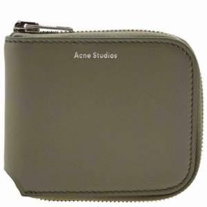 """Nästan helt oanvänd acne studios """"small zip wallet"""" nypris är 1600. Köpt på sotostore. Priset kan diskuteras vid snabb affär"""