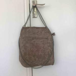 Stella McCartney-inspirerad väska från tessie, köpt 2017 men i bra skick, ej sliten. Nypris 300 kr.