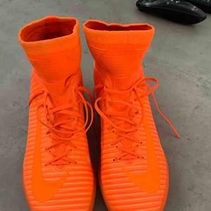 Nike Mercurial fotbollsskor! Fotbollsskor för inomhus i fint skick, endast en liten slitning på insidan av höger sko. Köpta för 1700 kr. Köparen står för frakt så vidare man inte har möjlighet att mötas upp i närheten av helsingborg.