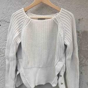 Superfin beige stickad tröja från hunkydory.  Storlek S.  Normal i storleken.  100% bomull.  Nyskick.   Längd: 47cm Ärm 70 cm. Frakten ingår i priset.
