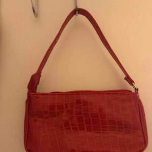 Vackra krokodiltryck 2000's väskor, perfekt med allting. Ingen märke men är i perfekt tillstånd! 150kr inkl. frakt